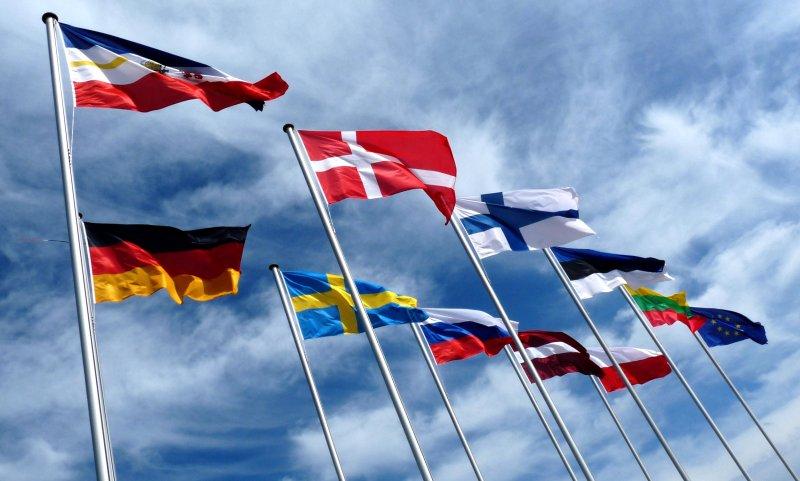 Flaggen im Wind (piqs.de ID: f6fed4dc56e986e9ecbe739d3478dca7)